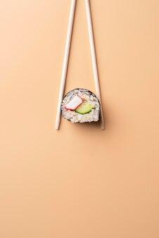 Płaskie pałeczki leżące trzymające sushi