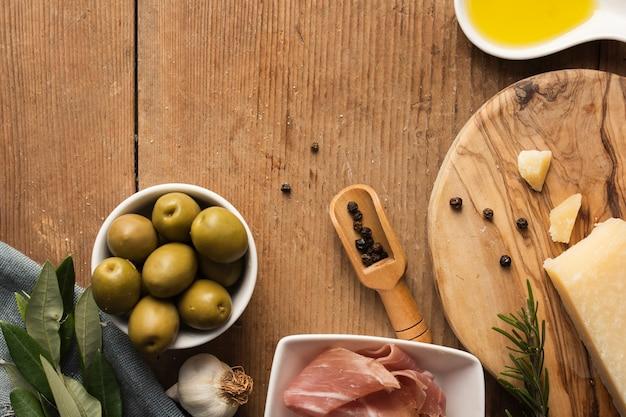 Płaskie parmezanowe prosciutto i oliwki