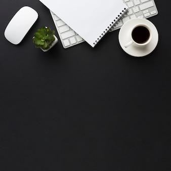 Płaskie położenie biurka z myszą i filiżanką kawy