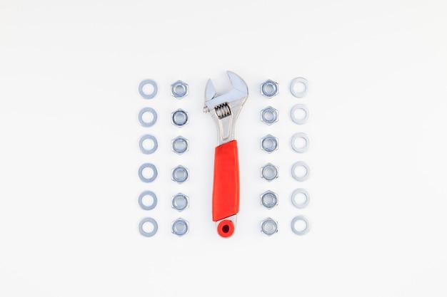 Płaskie położenie metalowych nakrętek i klucza