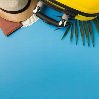 Płaskie położenie walizki z akcesoriami i innymi niezbędnymi akcesoriami podróżnymi