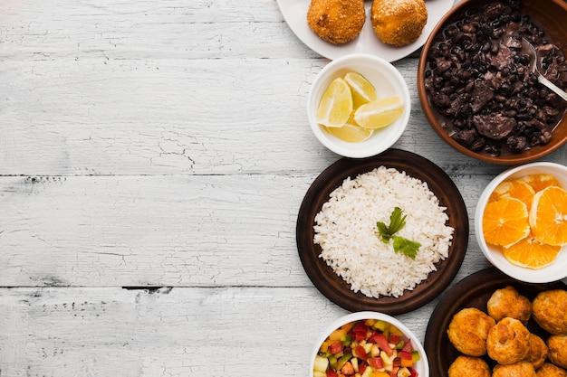 Płaskie posiłki brazylijskie jedzenie z miejsca na kopię