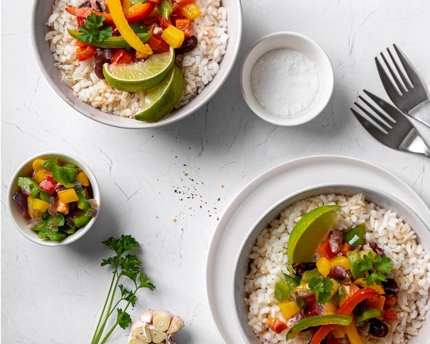 Płaskie pyszne brazylijskie jedzenie z ryżem