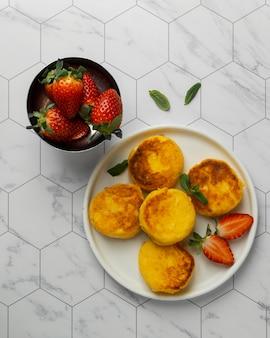 Płaskie pyszne śniadanie z truskawkami