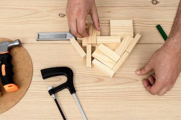 Płaskie ręce i drewno