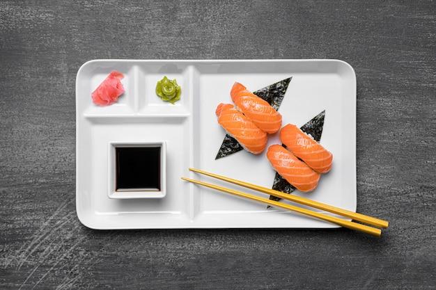 Płaskie sushi i sos na talerzu