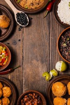 Płaskie świeckich brazylijskie jedzenie z miejsca na kopię