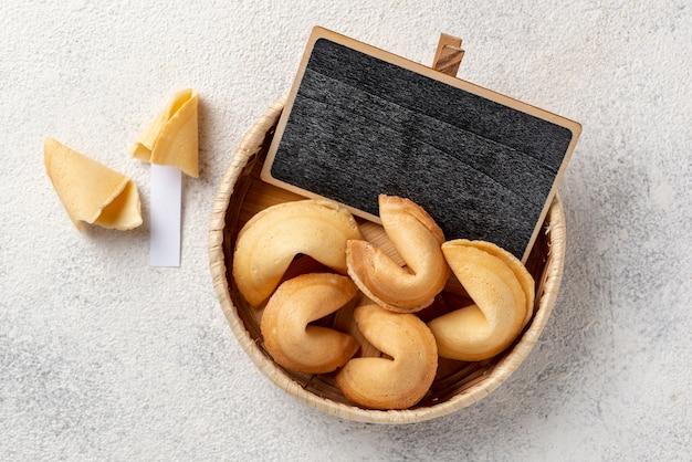 Płaskie świeckich ciasteczka fortunę w misce z pusta tablica