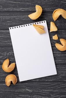 Płaskie świeckich ciasteczka fortuny z pustego notatnika