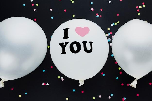 Płaskie świeckich dekoracji z balonami i czarnym tłem