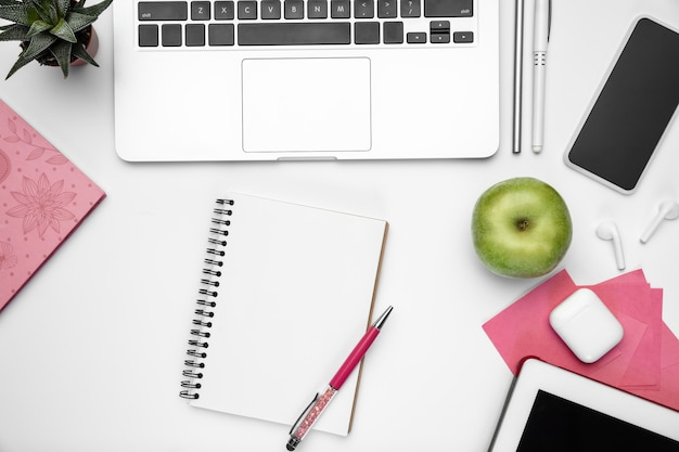 Płaskie świeckich kobiece biuro w domu miejsce pracy copyspace