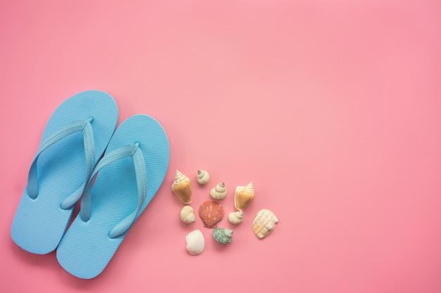 Płaskie świeckich projekt koncepcji podróży z niebieskim sandał i muszle