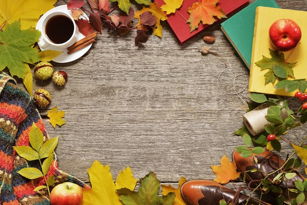 Płaskie świeckich rama jesień czerwone, zielone i żółte liście, żołędzie i jabłka na vintage drewniane tła.
