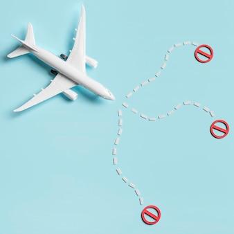 Płaskie świeckich samolot zabawka na niebieskim tle
