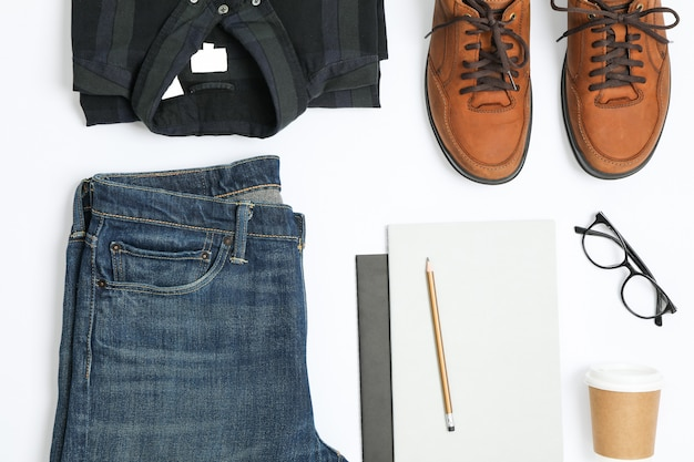 Płaskie świeckich skład koszula, dżinsy, buty i okulary na białym tle