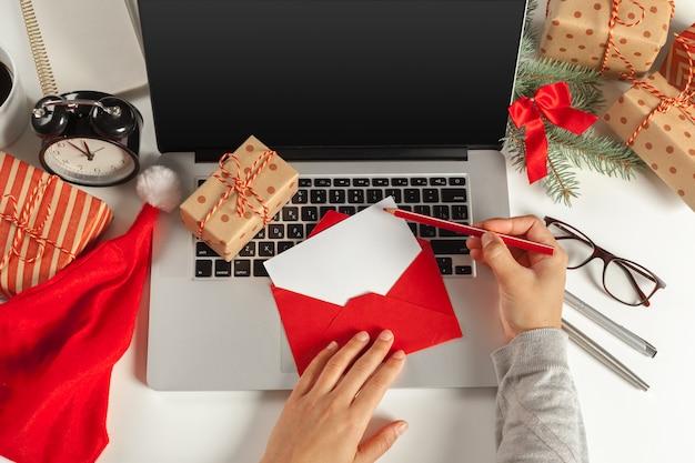 Płaskie świeckich świątecznych dekoracji miejsce pracy w biurze
