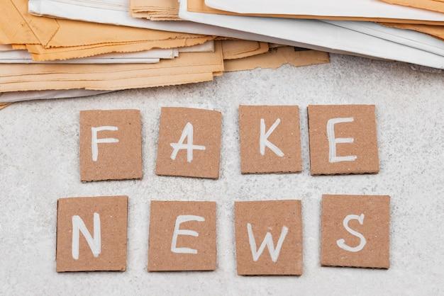 Płaskie świeckie biurko dziennikarza fałszywe wiadomości