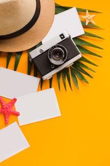 Płaskie świeckie pocztówki z koncepcją wakacji