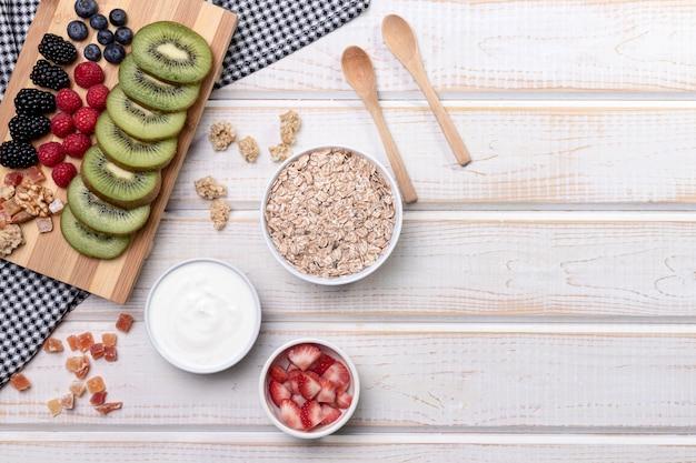 Płaskie świeżej frutty z jogurtem i muesli