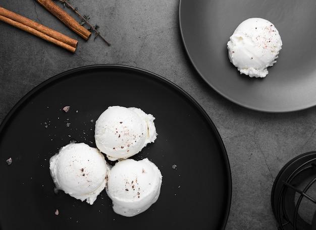 Płaskie talerze z gałkami lodów