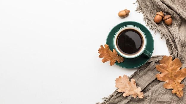 Płaskie układanie jesiennych liści z filiżanką kawy i miejsce na kopię