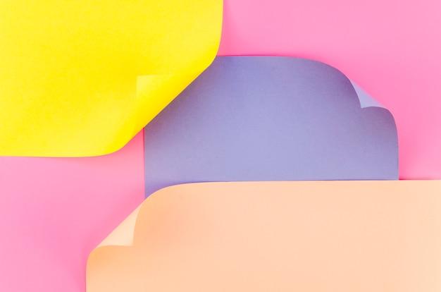 Płaskie układanie kolorowych arkuszy papieru z wygiętymi narożnikami