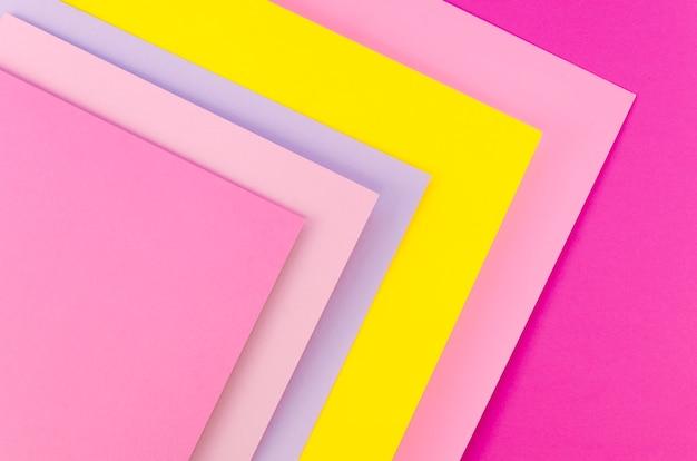 Płaskie układanie kolorowych ułożonych arkuszy papieru