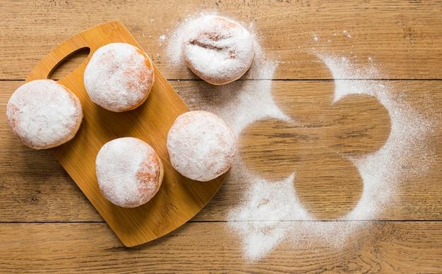 Płaskie układanie pączków z cukrem pudrem na wierzchu