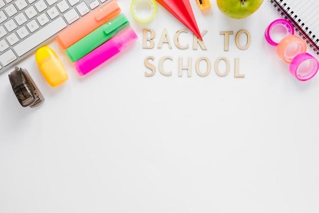 Płaskie układanie przyborów szkolnych