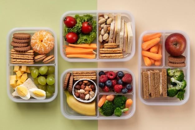 Płaskie układanie pudełek na lunch ze zdrową żywnością