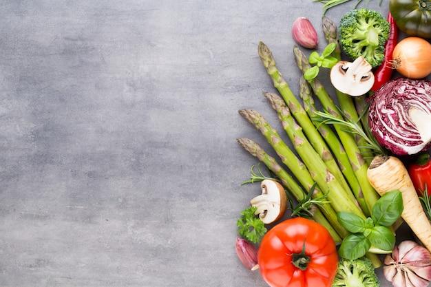Płaskie układanie różnych kolorowych surowych warzyw.