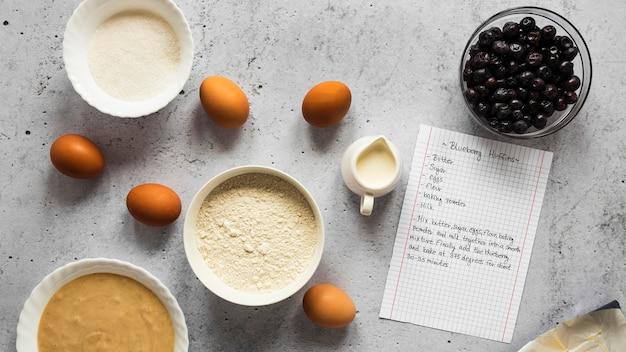 Płaskie układanie składników żywności z jajkami
