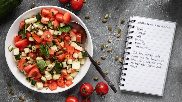 Płaskie układanie składników żywności z sałatką i notatnikiem