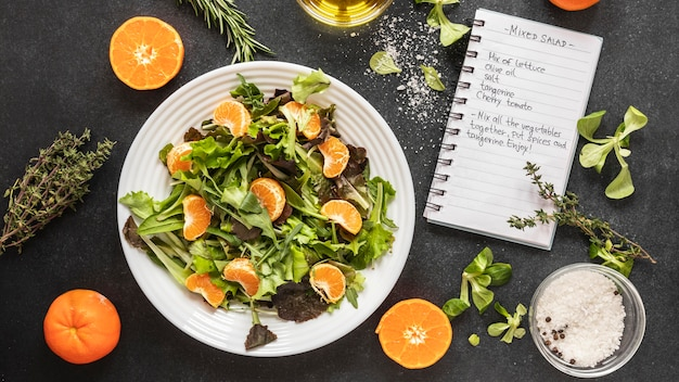 Płaskie układanie składników żywności z sałatką