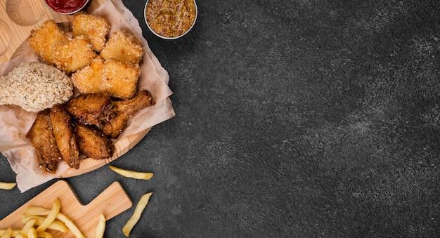 Płaskie układanie smażonego kurczaka z frytkami i miejsce na kopię