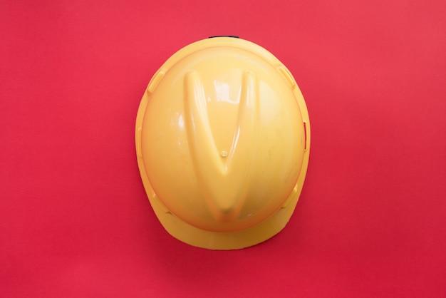 Płaskie ukrycie czapki bezpieczeństwa na czerwono.