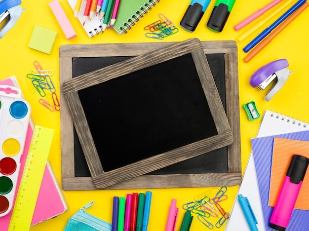 Płaskie ukrycie przyborów szkolnych z tablicami i zeszytami