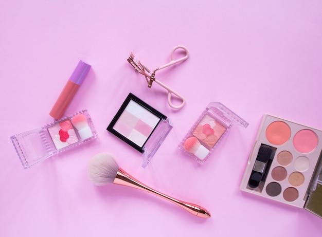 Płaskie ukształtowanie akcesoriów kosmetycznych dla kobiet.
