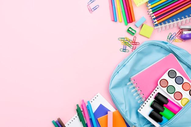 Płaskie ukształtowanie artykułów piśmiennych z powrotem do szkoły z plecakiem i miejsca do kopiowania