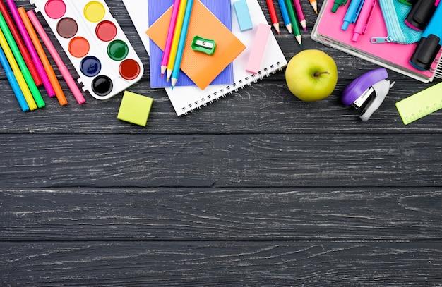 Płaskie ukształtowanie artykułów szkolnych