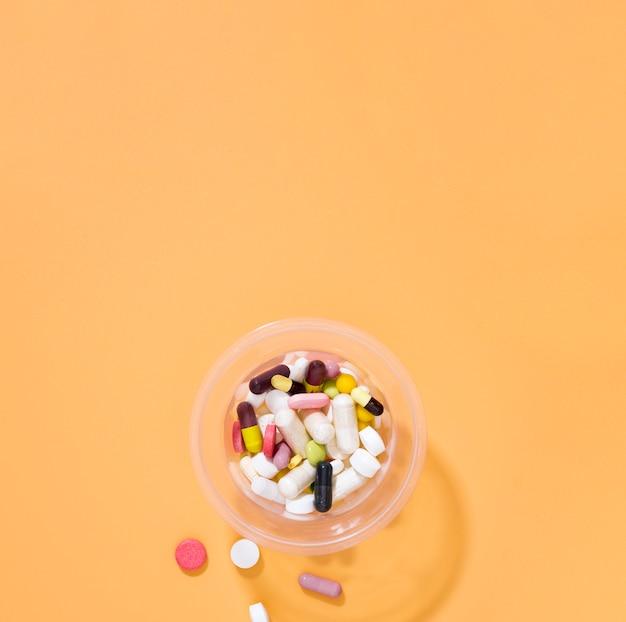 Płaskie ukształtowanie asortymentu tabletek w plastikowym kubku z miejsca kopiowania