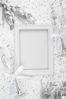 Płaskie ukształtowanie białej ramki ślubne