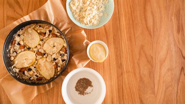 Płaskie ukształtowanie ciasta ozdobione plasterkami gruszki