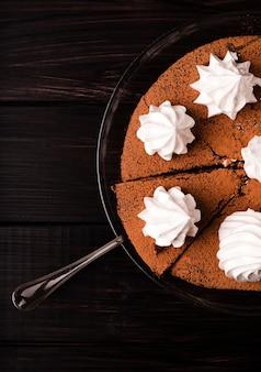 Płaskie ukształtowanie ciasta z polewą