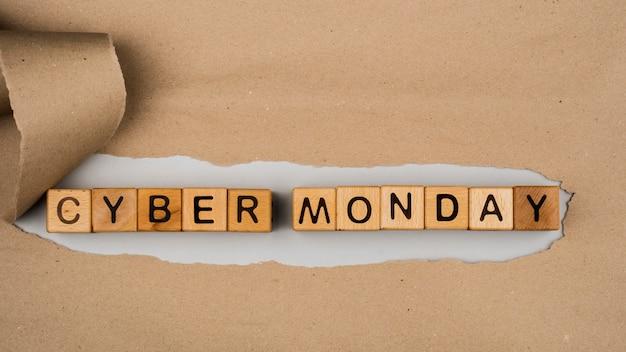 Płaskie ukształtowanie cyber poniedziałku słowa na papierze rzemiosła