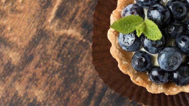 Płaskie ukształtowanie deseru jagodowego z miętą i miejsca na kopię