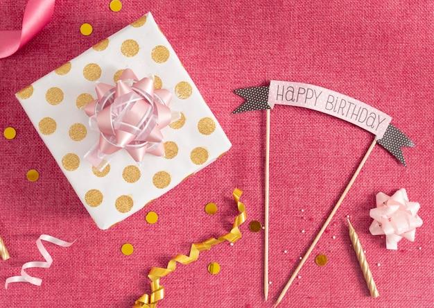 Płaskie ukształtowanie eleganckiej koncepcji urodzin