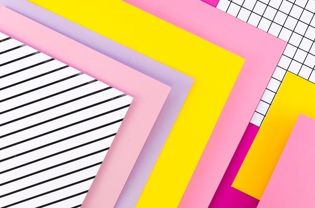 Płaskie ukształtowanie geometrii kolorowych arkuszy papieru