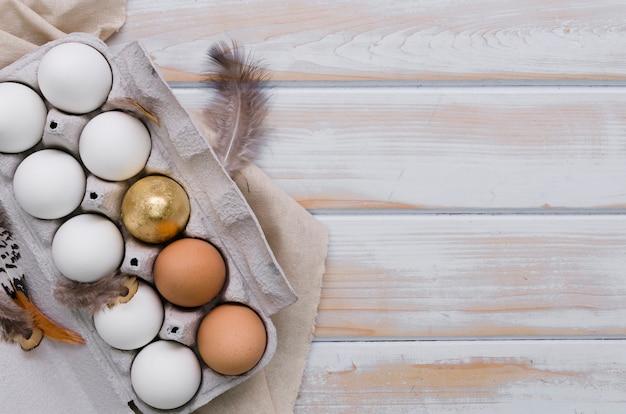 Płaskie ukształtowanie jaj na wielkanoc w kartonie z miejsca kopiowania