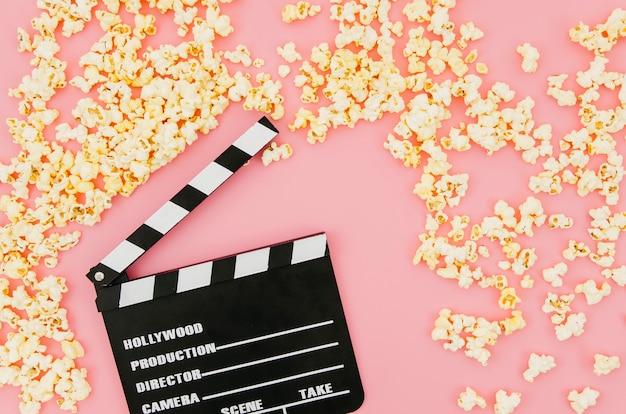 Płaskie ukształtowanie klapy do koncepcji kina